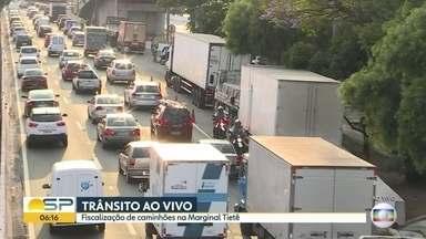PM faz fiscalização em caminhões na Marginal Tietê - A blitz acontece na Marginal Tietê, altura da ponte das Bandeiras, sentido Ayrton Senna.