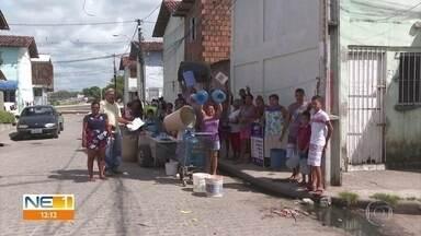 Moradores de habitacional denunciam que deixaram de receber água em casa - Há um ano e meio, Compesa cortou o fornecimento de água, segundo eles.