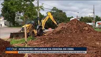 Depois de um mês, obras são retomadas no Portão - Os moradores reclamam que as obras perto de um rio começaram em setembro e pararam em outubro. Hoje(01) foram retomadas