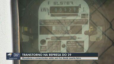 Moradores e comerciantes da Represa do 29 em São Carlos estão com falta de energia - Local ficou sem fornecimento elétrico por 36 horas e muitos alimentos armazenados em freezers e geladeiras estragaram