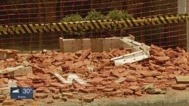 Tijolos da fachada de restaurante caem em São Carlos - Material se desprendeu da parede e caiu na calçada. Prefeitura informou que Defesa Civil e engenheiro da obra da Rua Dona Alexandrina irão vistoriar o estabelecimento.
