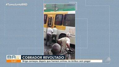 Confusão: cobrador de ônibus tenta agredir um passageiro com barra de ferro - A briga teria começado depois de o rapaz forçar a porta e entrar pela traseira do veículo, sem pagar pela passagem.