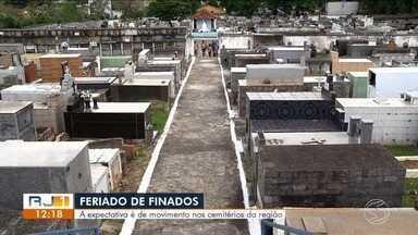 Cemitérios do Sul do Rio se preparam para feriado de Finados - Data que acontece neste sábado causa movimento nos cemitérios.
