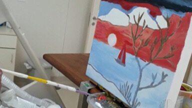 Paciente tetraplégico internado há 10 anos em hospital de Suzano escreve livro - Ele também pinta quadros, tudo com a boca.