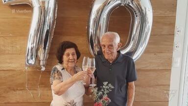 Casal completa 70 anos de casado e mantém rotina saudável em Santos - Idosos dedicam parte do dia para praticar exercícios físicos na praia da cidade.