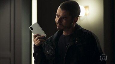 Camilo confisca celular de Vivi - Ele fica com o aparelho, tranca o quarto e leva a chave da porta