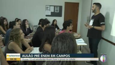 Estudantes participam de um aulão pré-Enem em Petrópolis e em Campos - Só na planície goitacá, cerca de 10 mil estudantes devem fazer a prova neste domingo (3).