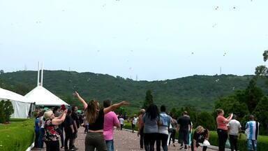 Feriado do Dia de Finados movimenta cemitérios do Rio Grande do Sul - Confira como foi sábado (2) em alguns cemitérios.