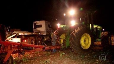 Em Goiás, produtores cultivam à noite para não perder calendário - Chuvas instáveis no estado forçaram os agricultores a correr contra o tempo para conseguir cultivar a segunda safra.