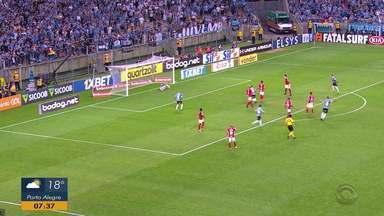 Grêmio vence o Inter no Gre-Nal 422 e encosta no G-4 do Brasileirão - Inter termina a partida sem ter chances claras de gols na partida.