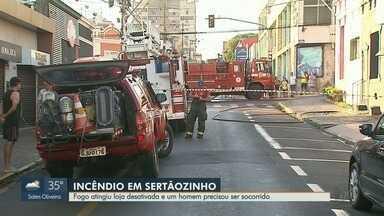 Incêndio destrói loja desativada no Centro de Sertãozinho, SP - Homem foi socorrido desacordado.