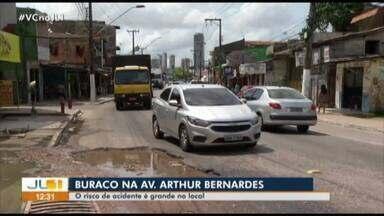 Buraco provoca transtorno para motoristas e pedestres na av. Arthur Bernardes, em Belém - Buraco provoca transtorno para motoristas e pedestres na avenida Arthur Bernardes, em Belém