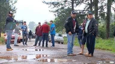 Moradores de Candelária fazem protesto pra pedir melhorias em estrada - A manifestação aconteceu durante toda a manhã e trancou os dois sentidos da RS-410.