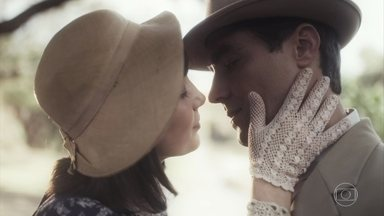 Almeida e Clotilde se beijam - Depois de ser bem recebido por Dona Maria, ele pede para conversar com Clotilde