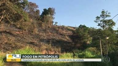 Incêndio atinge mata atrás de hospital, em Petrópolis - O prédio chegou a ser esvaziado. Ninguém se feriu.