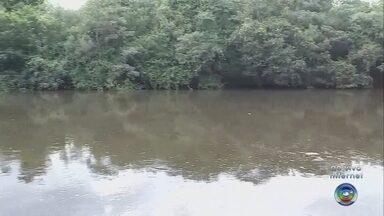 Bombeiros fazem buscas por jovem que desapareceu no Rio Pardo - Parentes relataram que rapaz de 22 anos começou a se debater e foi arrastado pela correnteza do rio, em Santa Cruz do Rio Pardo.