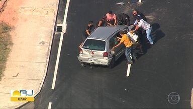 Carro e caminhão batem na Avenida Brasil - undefined