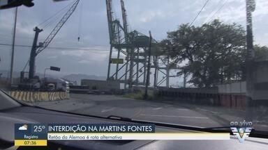 Interdição na entrada de Santos interrompe trânsito sentido São Paulo - Previsão é que fique interrompido entre 8h e 14h.