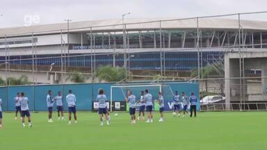 Capixaba entra atrasado no gramado para treino do Grêmio e é alvo de brincadeiras - Assista ao vídeo.