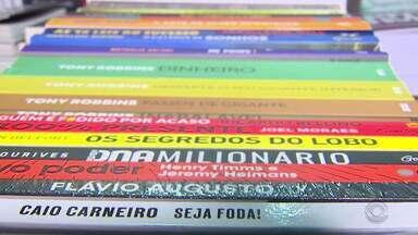Bancas da Feira do Livro encontram diferentes maneiras para incentivar a leitura - Descontos especiais fazem com que os livros seja acessíveis a todos.