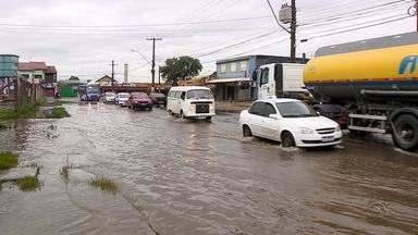 Chuvas e esgotos causam transtornos em Avenida da Zona Norte de Porto Alegre - Assista ao vídeo.