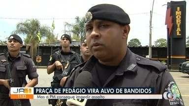 Tentativa de explosão de cofre em praça de pedágio termina com troca de tiros, em Goiás - Dois assaltantes conseguiram fugir. No carro deles, a PM recuperou malotes com R$ 18 mil que tinham sido roubados.