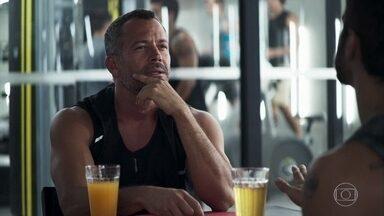 Agno desconfia que Fabiana esteja envolvida com os crimes de Josiane - Ele conversa com Rock após treino