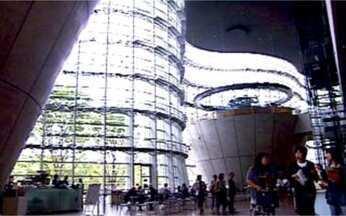 Japão, um país de contrastes - Em Tóquio um museu impressiona pelo grande tamanho, algo raro no país, e pela modernidade das linhas da construção. Já num pequeno povoado, uma casa de até 300 anos pode ser considerada nova.