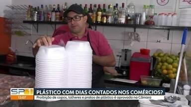 Plásticos podem estar com dias contados no comércio em SP - Câmara votou a favor da proibição de copos, talheres e pratos de plásticos em estabelecimentos comerciais.