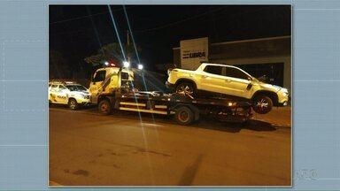 Após perseguição, motorista capota caminhonete carregada com 378 kg de maconha - Caminhonete tinha registro de furto no Rio de Janeiro.