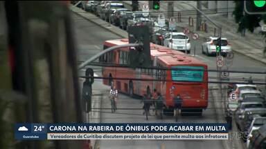 Vereadores discutem projeto de lei que pode multar quem pega carona nas rabeiras de ônibus - Multa pode ser de R$ 500,00.