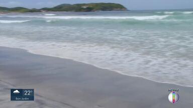 Ressaca reduz faixa de areia na Praia do Forte, em Cabo Frio - Situação é preocupante porque diminui o espaço para turistas e moradores na alta temporada.