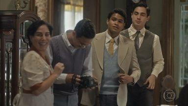 Marcelo fica interessado em Lili e Julinho não gosta - Lili se sente ofendida com o comentário que ele, enciumado, faz e vai embora