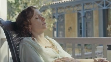Olga tem um pesadelo e acorda gritando - Ela diz para Clotilde que vai ela mesma tirar a cabeça de boi do quarto