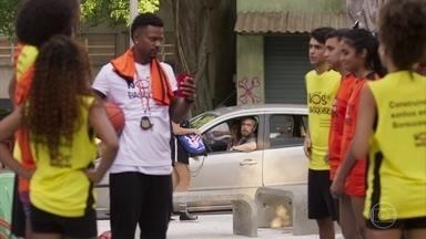 Antônio não aprova Waguinho participar do time de basquete do bairro - Paloma e Ramon se cumprimentam mas se estranham