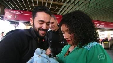 Seguranças reencontram mãe e bebê após parto de emergência em estação de metrô de SP - A bolsa de Francisca se rompeu no vagão e ela acabou tendo que dar à luz embaixo da escada de uma estação, mas não sem o apoio de dois seguranças Pivoto e Pavarin. Veja imagens.