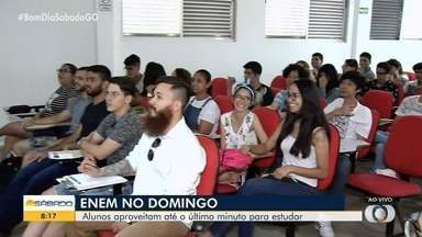 Estudantes participam de último aulão para prova do Enem, em Goiânia - Prova é neste domingo (10) e os alunos aproveitam para revisar alguns tópicos do conteúdo.