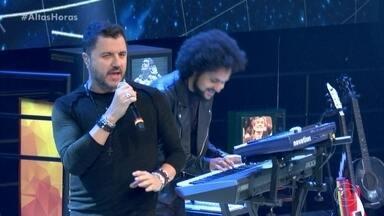 Maurício Manieri abre o programa em alto-astral - Músico se apresenta no palco enquanto Serginho Groisman apresenta os convidados