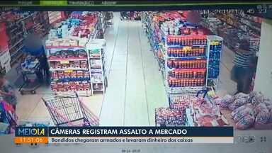 Câmeras registram assalto em mercado - Bandidos chegaram armados e levaram dinheiro dos caixas.