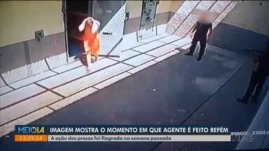 Imagens mostram o momento que agente é rendido por presos na Casa de Custódia - Ele foi feito refém na semana passada, em Piraquara