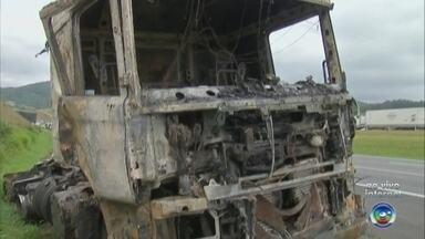 Caminhão-tanque pega fogo na Rodovia dos Bandeirantes em Jundiaí - Um caminhão-tanque pegou fogo, no fim da manhã desta segunda-feira (11), na Rodovia dos Bandeirantes, em Jundiaí (SP).