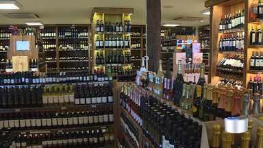 Venda e produção de vinho aumenta nesta época como opção de presente - Comerciantes reforçam o estoque.