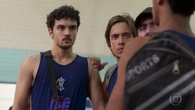 Vicente se irrita com provocação no treino - Vicente ainda não esqueceu Gabriela