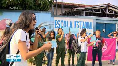 Estudantes fazem ato em apoio à estudante retirada de sala por estar com filha em escola d - Estudantes fazem ato em apoio à estudante retirada de sala por estar com filha em escola de Manaus