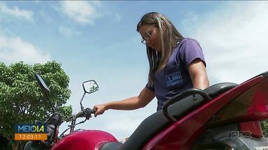 Moradora de Londrina se confunde e vai embora com a moto de outra pessoa - Depois da confusão, câmeras de segurança registraram ela buscando a moto certa.