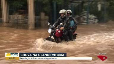 Chuva forte alaga ruas e rodovias da Grande Vitória - Em Viana, uma das pistas da BR-262 está completamente alagada. Na BR-101, pelo menos três pontos estão alagados e dois interditados.