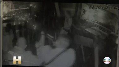 Dois PMs viram réus acusados de matar a tiros sushiman que surtou em restaurante de SP - Justiça aceitou denúncia do Ministério Público que citou 'excesso' de tenente e sargento da Polícia Militar na morte de Leandro Santos, há quase um ano, no Jam, na Zona Sul de São Paulo.