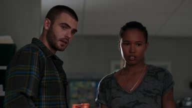 Na Estrada - Quando a base militar fica em alerta máximo, Chris consegue escapar, mas não é o único.