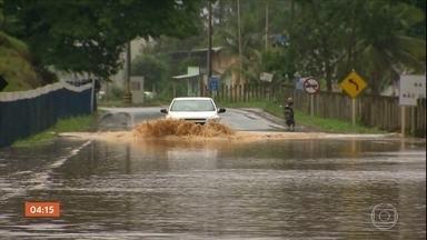 Chuvas fecham estradas e causam transbordamento de rio na Grande Vitória - Num outro ponto, uma pessoa morreu após um deslizamento de terra.