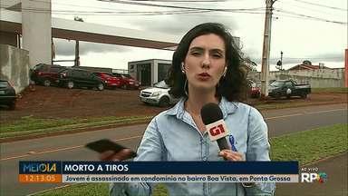 Jovem é assassinado em condomínio no bairro Boa Vista, em Ponta Grossa - Ele foi morto a tiros no domingo (10).